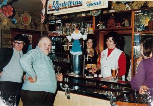 Die langjährige Wirtin Hanneliese Born (rechts) versorgt die Kneipengäste.