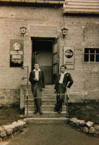 Günter Stendebach (links) und Hubert Labonte am Eröffnungstag im Jahr 1954 vor dem Eingang zur Gaststätte. (Fotos: Privat)