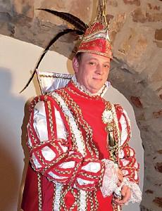 Prinz Dirk I. wird am 2. Januar während der Prinzenproklamation in der Kurfürstenhalle in Welschneudorf offiziell in sein Amt eingeführt.