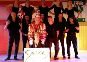 Fit wie die Tänzerinnen und Tänzer um sich herum präsentierte sich Prinz Dirk I. bei seiner Proklamation.