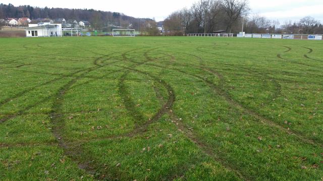 Unbekannte beschädigten kurz vor Weihnachten den Rasen auf dem Welschneudorfer Sportplatz.