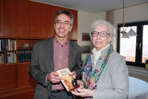 Ihren ersten Kriminalroman überreichte Elisabeth Schewior jetzt an Ortsbürgermeister Bernd Labonte.