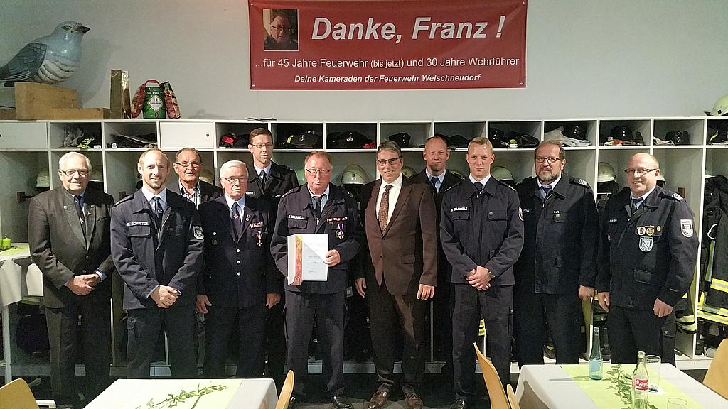 Franz Billaudelle (vierter v. links), langjähriger Wehrführer der Freiwilligen Feuerwehr Welschneudorf, wurde jetzt feierlich verabschiedet und übergab sein Amt an seinen Sohn Daniel (dritter v. rechts).